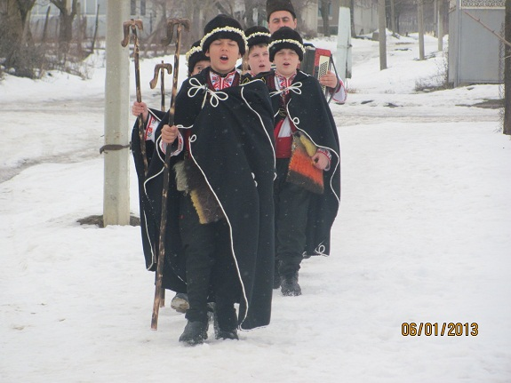 В Болградском районе юноши в национальных костюмах провели рождественские колядки (ФОТО)