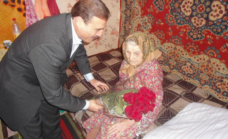Народный депутат поздравил жительницу Саратского района со 100-летним юбилеем