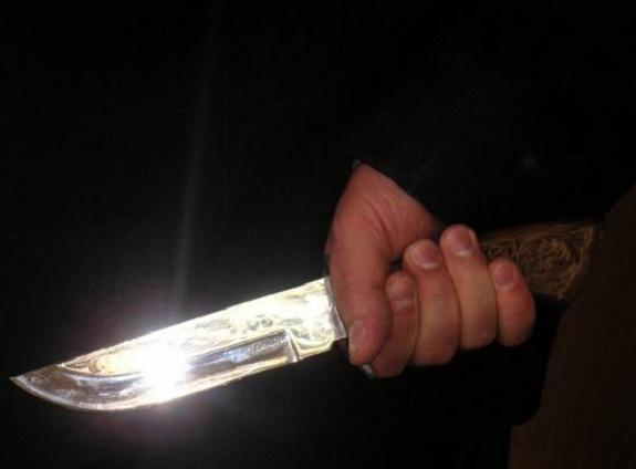 В болградском сквере мужчина угрожал прохожим ножом