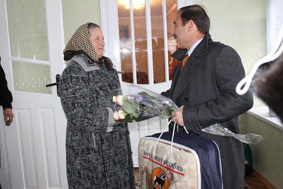 Народный депутат поздравил с 8 Марта труженицу Саратского района (ФОТО)