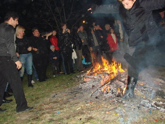 В Измаиле парень неудачно прыгнул через костёр и получил ожоги