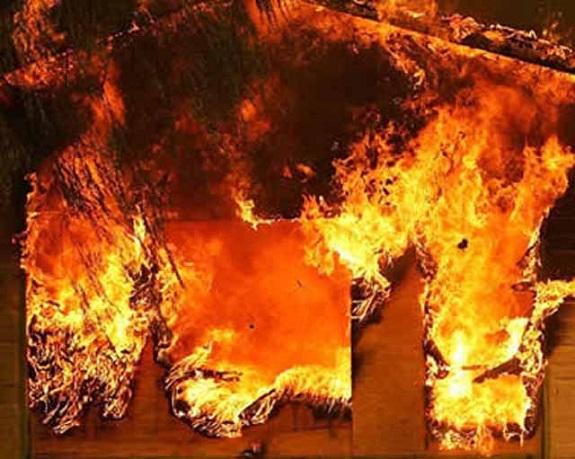 В Саратском районе из горящего дома спасатели вывели мужчину