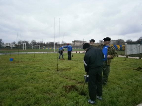 В Сарате озеленили новый спортивный стадион
