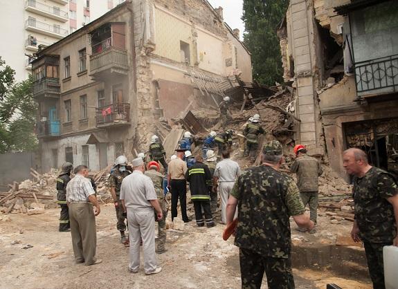 В Одессе обвалилось здание, под завалами оказались люди (ФОТО)