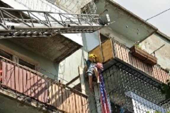 В Измаиле 81-летняя старушка повисла на перилах балкона 5-ого этажа