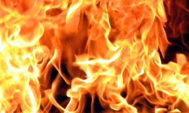 В Саратском районе спасатели вывели женщину из горящей постройки