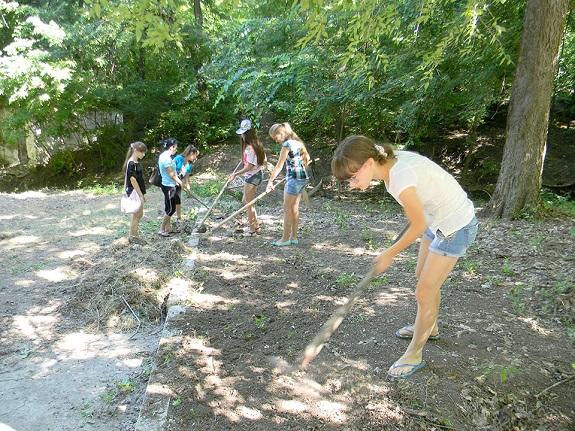 Болградские школьники наводят порядок в городском парке (ФОТО)