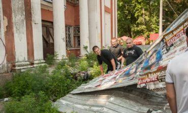 Одесситы в защиту сквера у «Вымпела» снесли забор вокруг него