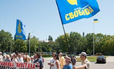 Одесские националисты обклеили обладминистрацию листовками и переубеждали милицию