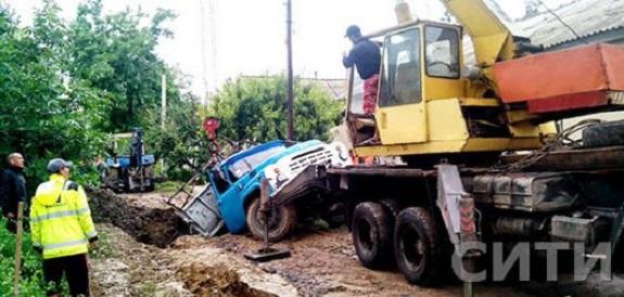 В Измаиле грузовик с рабочими провалился под землю