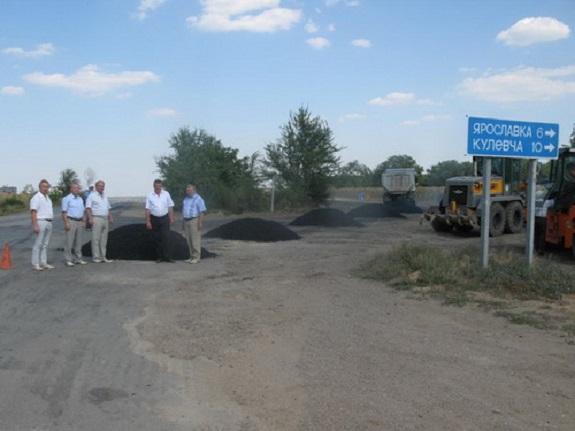 В Саратском районе ремонтируют важный участок дороги