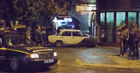 В Измаиле «Жигули» снесли два дерева, «Nissan» и разгромили павильон