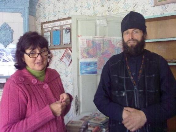 Монахи из Житомирской области подарили книгу белгород-днестровским библиотекарям (ФОТО)
