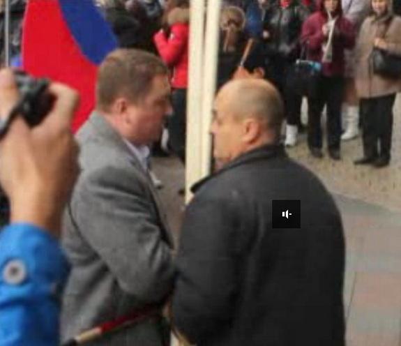 Начальник охраны Костусева отбирает плакат. В это время звучит фраза Алексея Алексеевича о том, что жизнь в Одессе становится все лучше и лучше