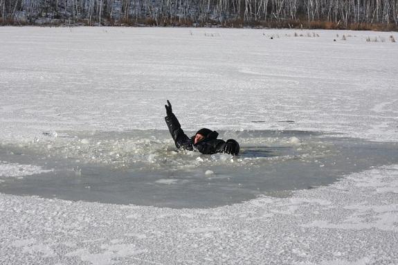 В Запорожской области трое детей провалились под лед и утонули