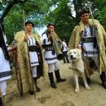 Фото: Ірини Пустиннікової Українські румуни надзвичайно шанують традиції своїх предків. На фото - свято виходу на полонину в Карпатах