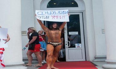 """FEMEN и """"мужик в стрингах"""" обнажились, устроили попытку самоподжога и подрались с охраной возле кинотеатра (ФОТО)"""