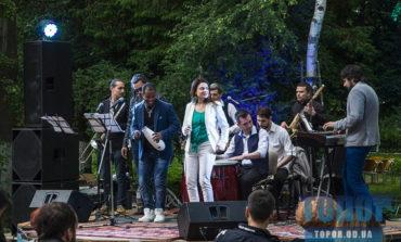 Новая площадка для джаза и концертов: в Одессе открыли двор культуры
