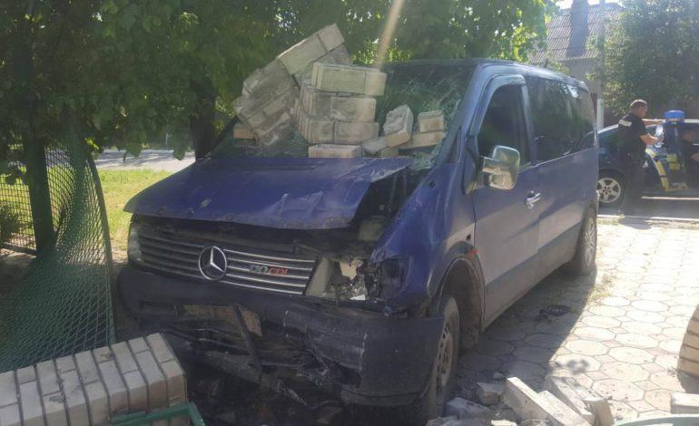 В Измаиле водитель микроавтобуса снес стену «Лесхоза» и сбежал с места ДТП (ФОТО)