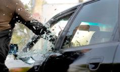 Иностранец ограбил одессита, разбив стекло автомобиля