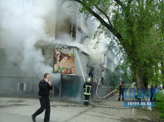 В Арцизе горит многоквартирый дом. Пожарные эвакуируют жильцов (фото)