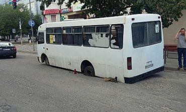 В Белгороде-Днестровском провалилась маршрутка, а в Затоке дерево упало на дорогу