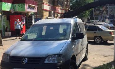 В центре Одессы дерево упало на машину, в которой находился ребенок