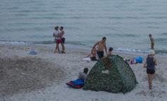 На популярном одесском пляже уже живут люди