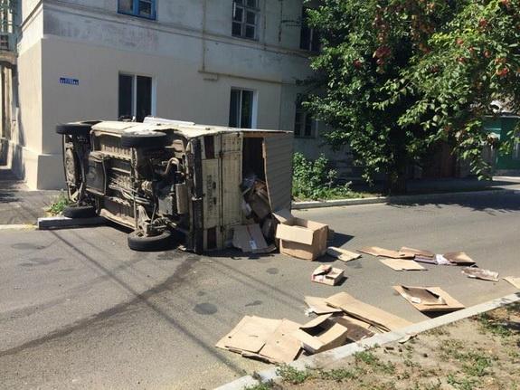 ДТП в Измаиле: от удара микроавтобус Volkswagen перевернулся и лег на бок (ФОТО)