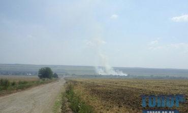 В Саратском районе горят скошенные поля