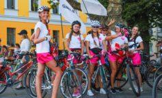 По Одессе катались девушки-велосипедистки