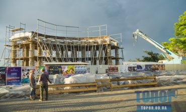 Строители занялись крышей одесской колоннады