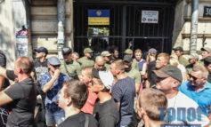 В центре Одессы патриотические активисты кидали друг в друга бутылками и бананами (фото)