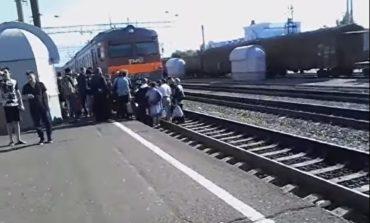 Под Одессой, пытаясь сделать селфи на электричке, погиб подросток