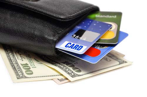 В Белгород-Днестровском оператор автозаправки  снял с банковских карточек клиентов свыше 50000 гривен