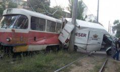 В Одессе трамвай протаранил микроавтобус