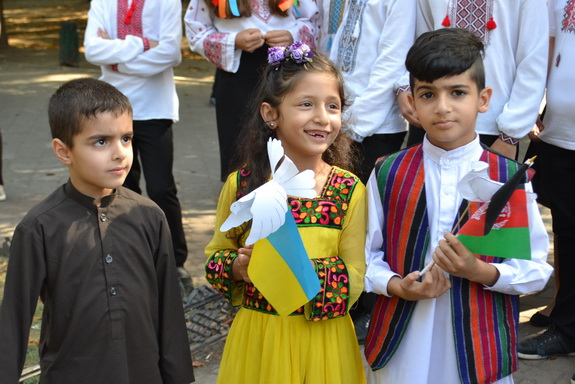Международный день мира: одесские школьники запустили в небо воздушные шары и голубей (фото)
