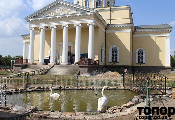Около Спасо-Преображенского собора Болграда появился пруд с лебедями