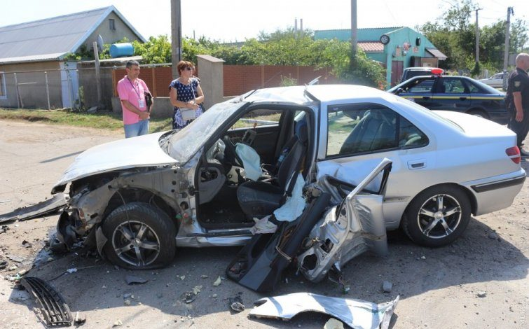 В Одесской области машина с иностранными туристами протаранила остановку