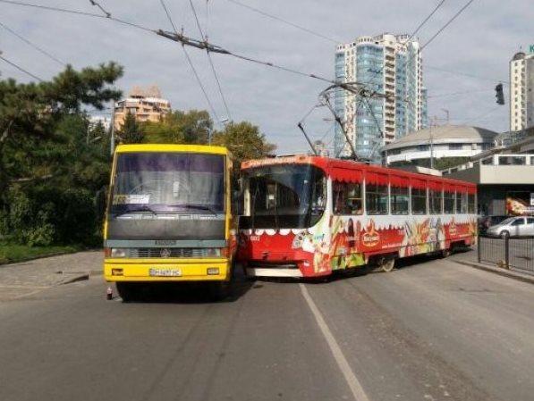 Пробка в Аркадии: маршрутка не пропустила трамвай