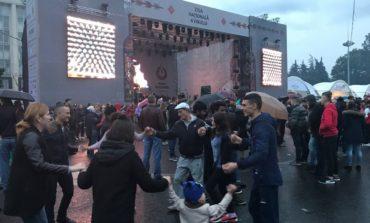 Дождь не помешал тысячам жителей Молдовы прийти на традиционный Фестиваль вина в Кишиневе