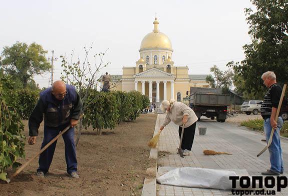 В Болграде всем миром благоустраивают территорию вокруг памятника