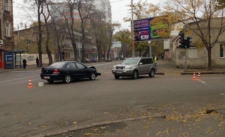 ДТП на Колонтаевской: дорогу не поделили джип и седан