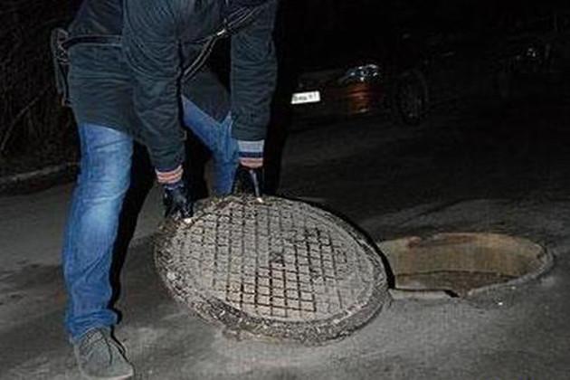 Двое измаильчан попались на краже крышки канализационного люка