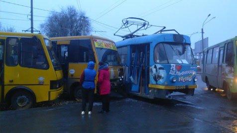 Масштабное ДТП на поселке Котовского: столкнулись две маршрутки и трамвай