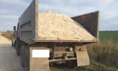 Под Одессой на берегу лимана незаконно добывают песок