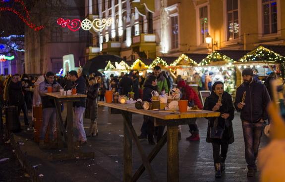 Как выглядит вечерний новогодний центр Одессы (фоторепортаж)