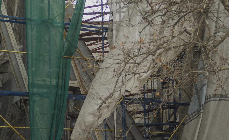 Непогода обнажила разрушенное здание у одесской мэрии