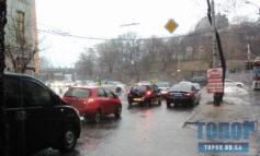 Проливной дождь: в Одессе перекрыли улицу Приморскую (фото)
