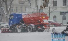 Последствия первого снега: в Одессу запрещен въезд грузовикам, на дорогах области работает техника